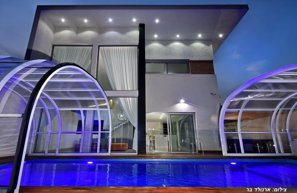 מבט למבנה הוילה ולבריכת השחייה אשר הקירוי שלה נפתח לנוחיות האורחים שלנו - וילה AQUA בוטיק