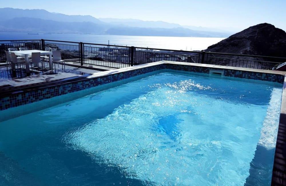 בריכת שחייה חיצונית מול נוף עוצר נשימה - פנטהאוז שמיים פתוחים