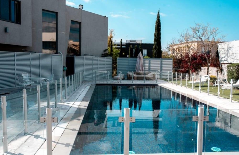 בריכת שחייה פרטית גדולה ומגודרת לביטחון הילדים - Le Reve