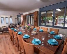 שולחן אוכל נפתח ל-25 סועדים - אחוזת גרינפילד