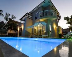 מבט לילי על בריכת השחייה ומבנה הוילה - וילה אור