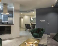 מרחבים גדולים בדירה שלנו, מבט לסלון ולמטבח - דירת יוקרה גפן