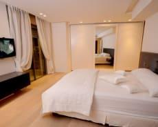 מבט נוסף לחדר השינה, למיטה הזוגית ולארונות האחסון בפנטהאוז - פנטהאוז מריו