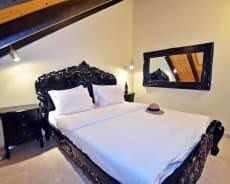 מבט לחדר השינה של הוילה - וילה טרויה